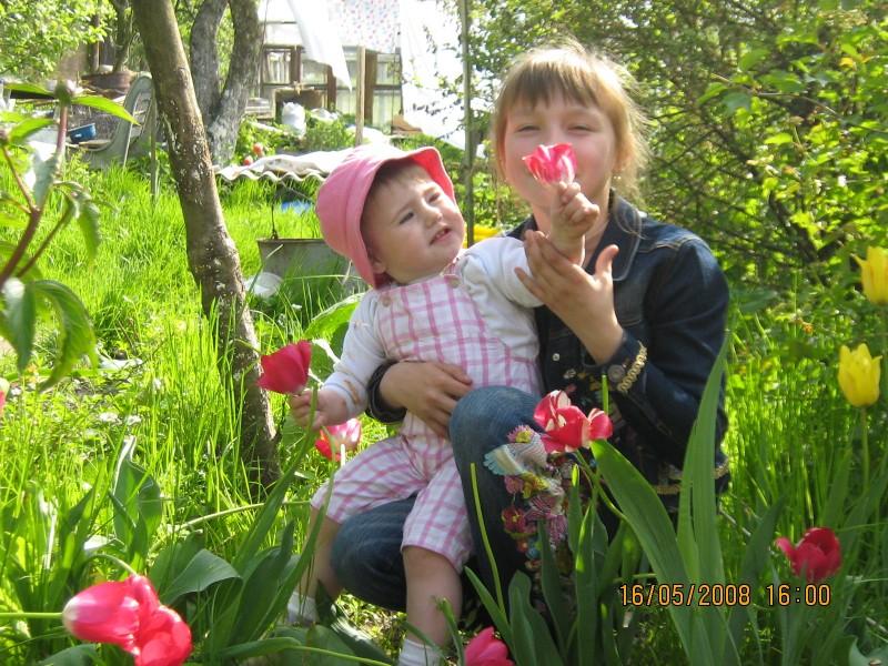 Сестричка нюхай! Цветы пахнут!