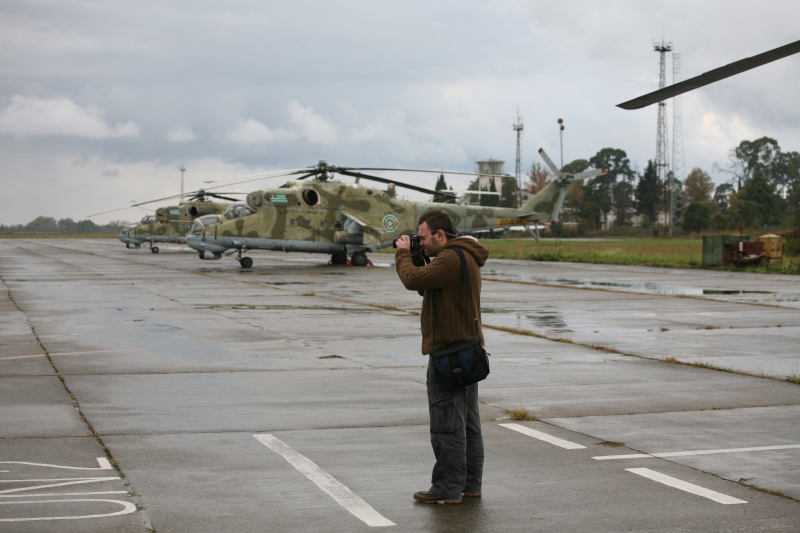 Аэродром Бабушера - работают журналисты
