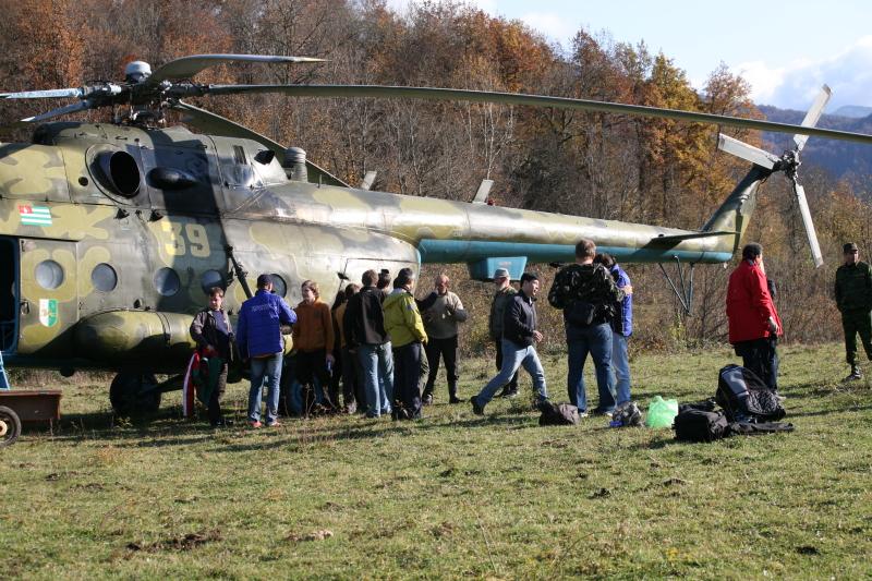 Абхазия, горное село Псху - у вертолета