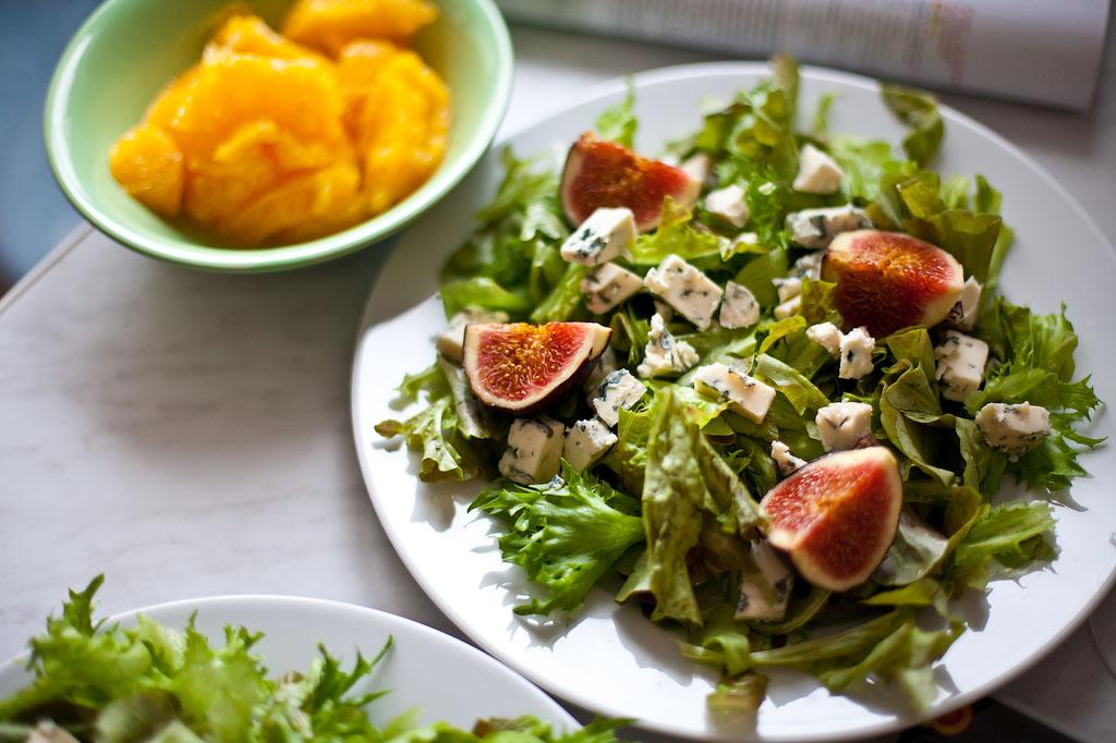 Салат с сыром, инжиром и хамоном