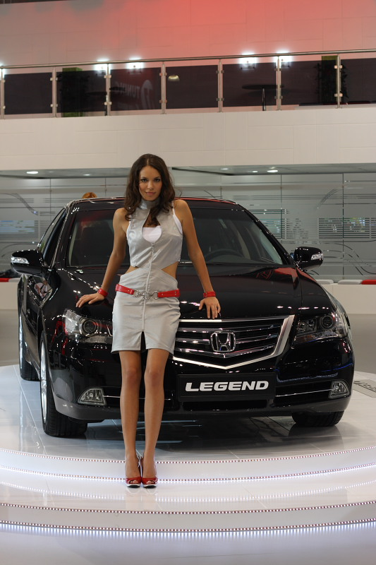 Девушка возле Honda Legend