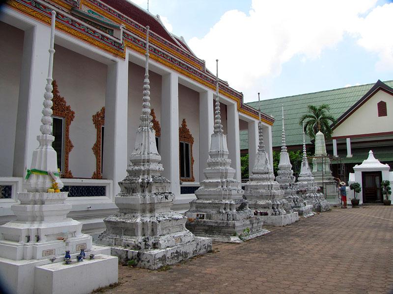 Пагоды рядом с храмом