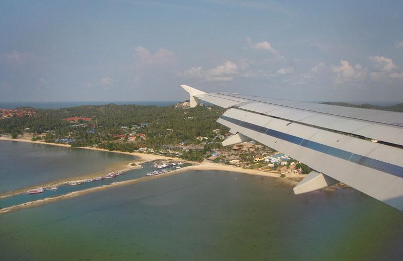 Под крылом самолета остров Самуи