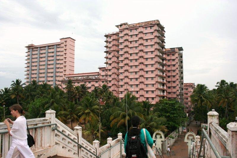 ашрам Аммы в Керале, построен государством для многочисленных паломников, приезжих и тех, кто отправляется сюда, чтобы почувствовать объятия Аммы...