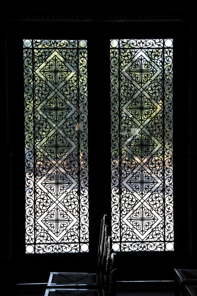 в этом храме очень красивые решетки на дверях и окнах!