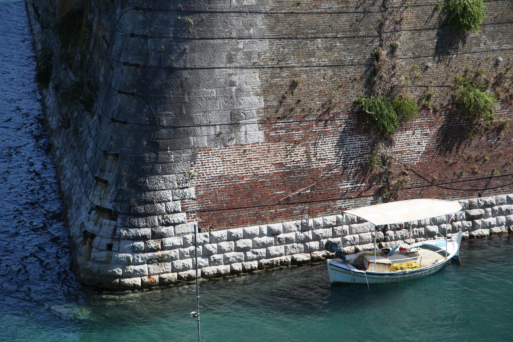 мощные крепостные стены