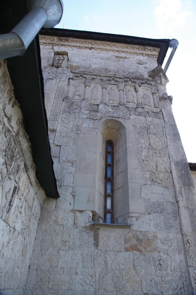 небольшой но величественных храм