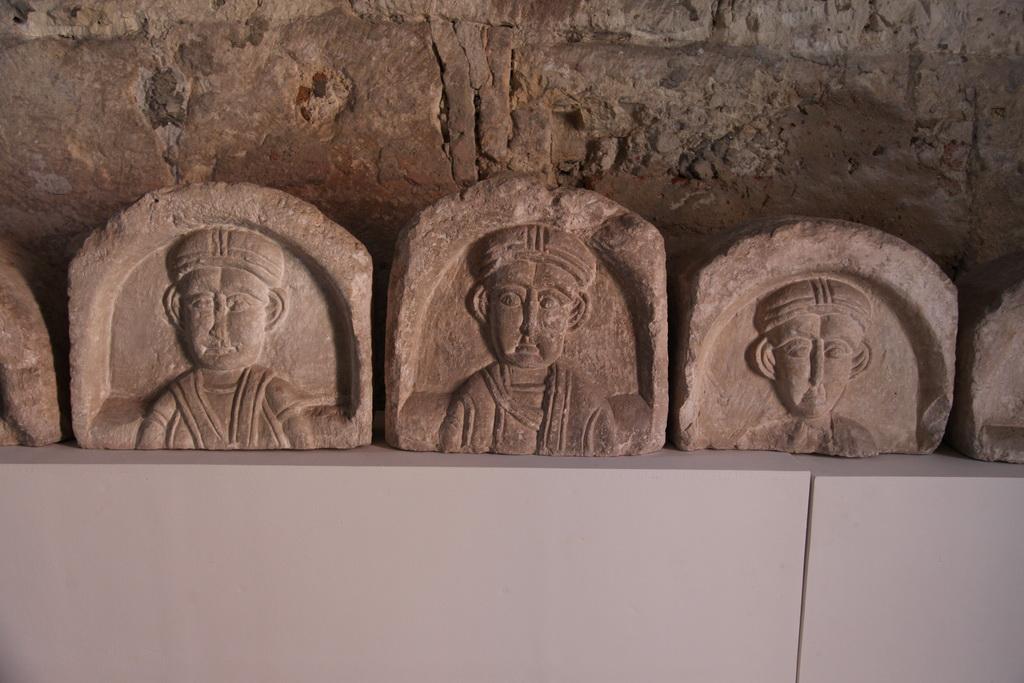 Храм вроде православный, а наряды нет