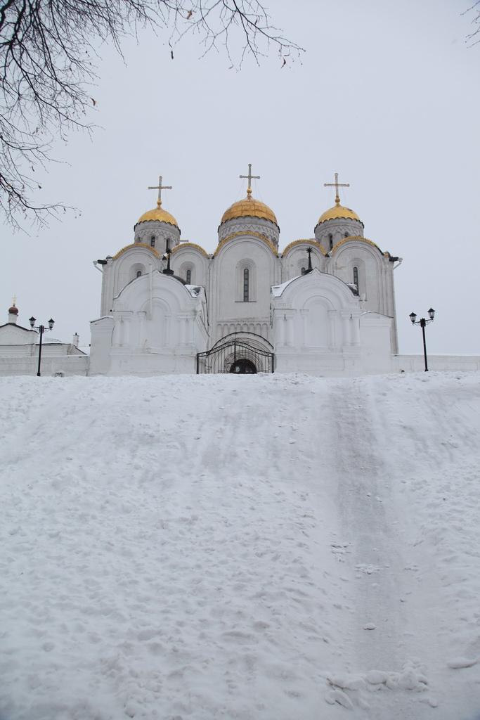 храм, вверху горы стоящий