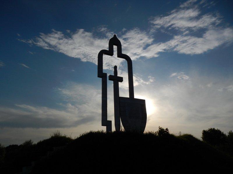Крест - тот же меч, только с коротким лезвием!