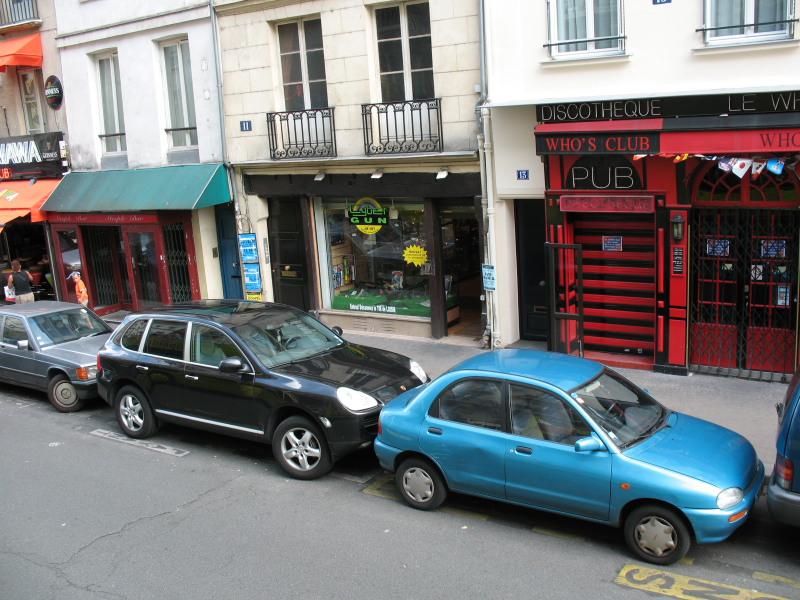 Парковка машин в Париже