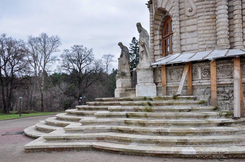 Одна из лестниц ведущих к храму