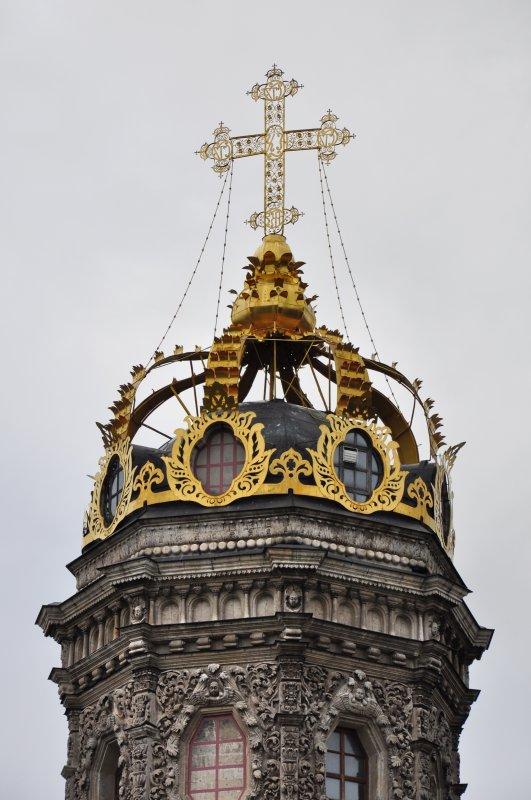 Изящная восьмигранная башня церкви увенчана золоченой металлической короной