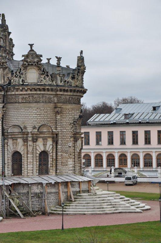 Церковь является архитектурной доминантой древней усадьбы Дубровицы, раскинувшейся у слияния рек Пахры и Десны