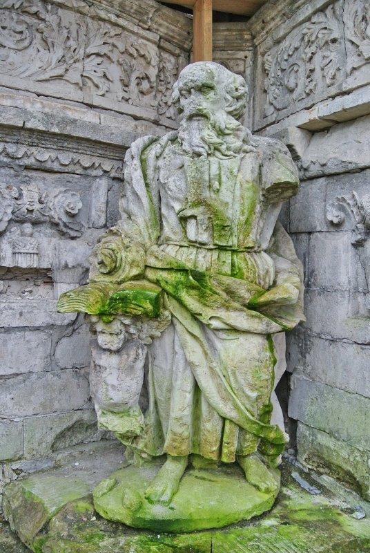 Во внутренних углах цокольной части находятся четыре скульптуры евангелистов: Марка, Луки, Иоанна и Матфея