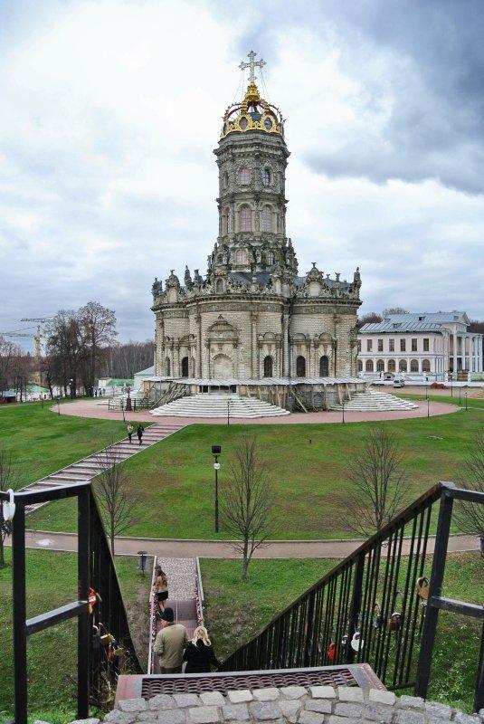 Вид на церковь Знамения со смотровой площадки