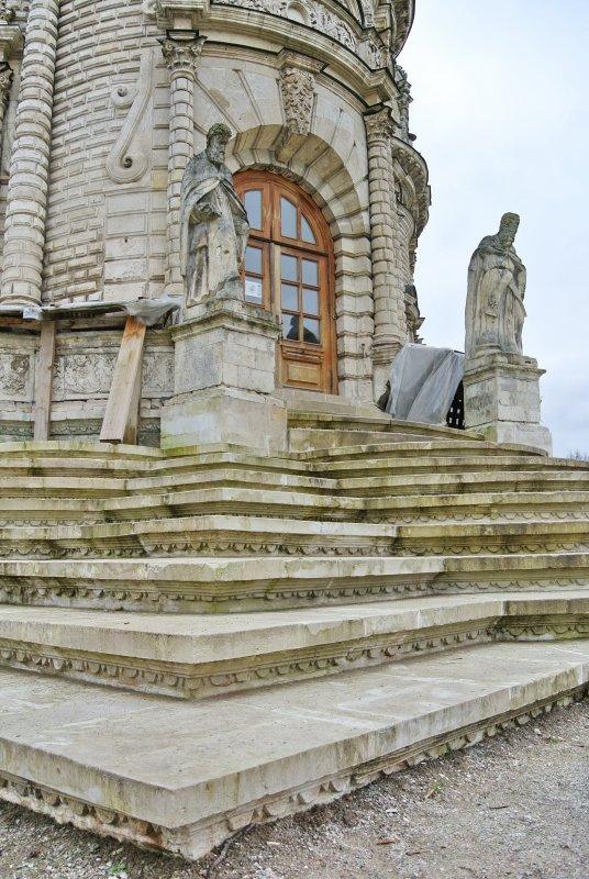 Главный вход в храм