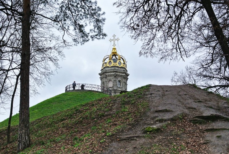 Высота храма с короной 42,3 м., с крестом - более 46 м.