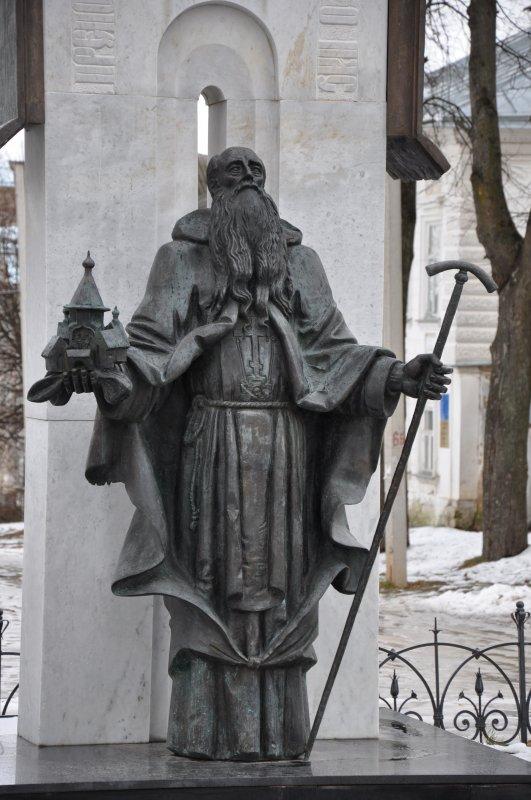 Памятник святому Макарию Калязинскому