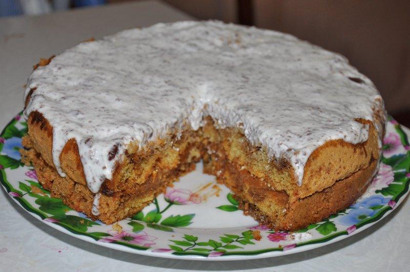 Пирог с вареной сгущенкой, орехами и сметаной