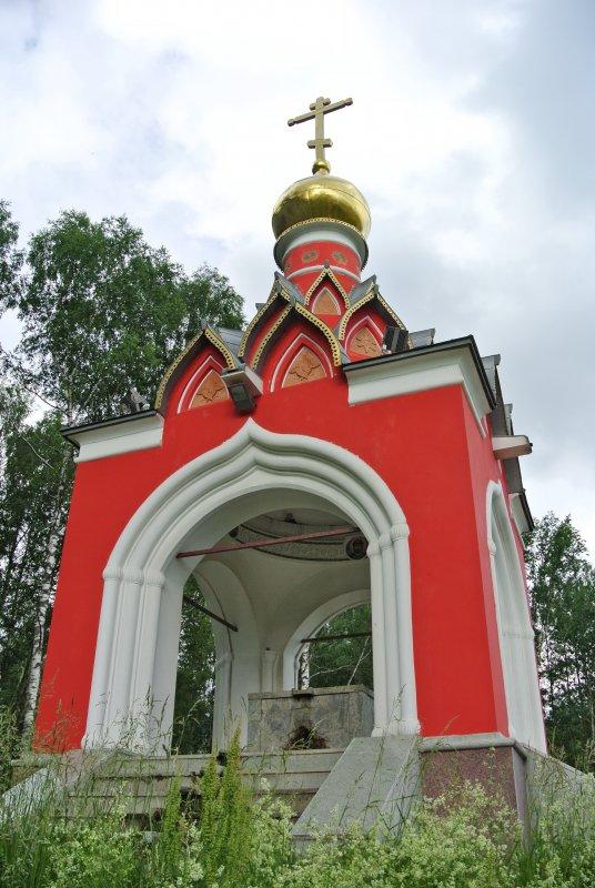 Каменная надкладезная часовня в псевдорусском стиле у истока Москвы-реки