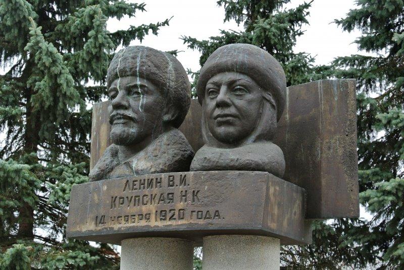 Памятник В.И.Ленину и Н.К.Крупской