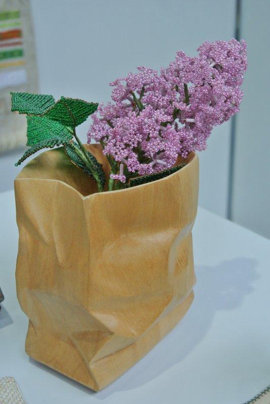 Деревянная ваза-пакет с веточкой сирени из бисера