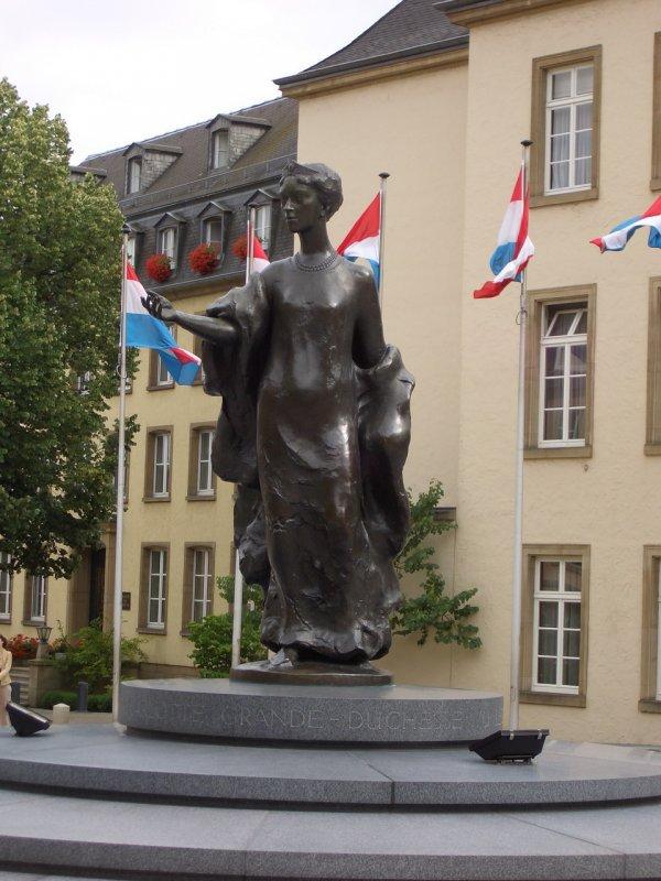 Бронзовая статуя Великой Герцогини Шарлотты