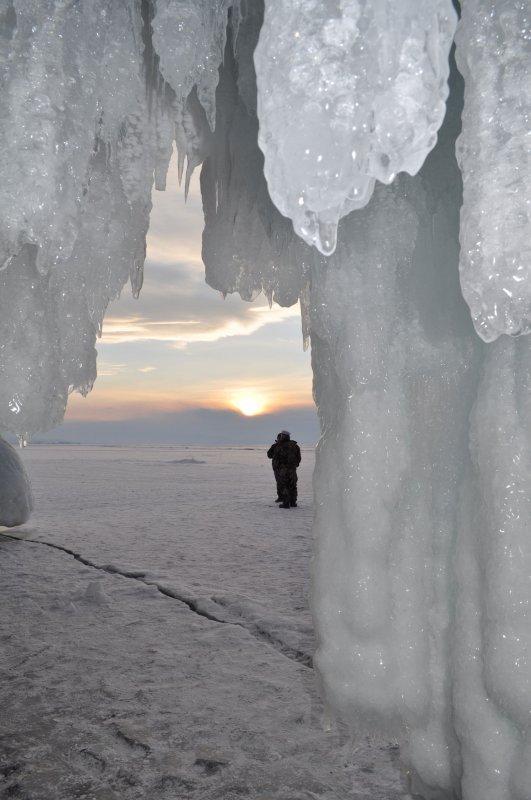 из ледяной пещеры