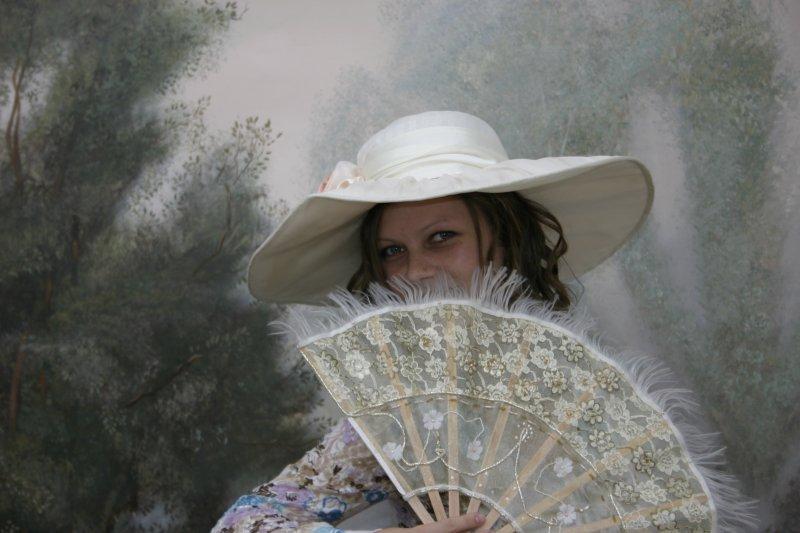 Наташа. Девушка в шляпке и с веером.