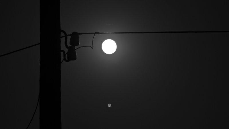 луна осветила электричество