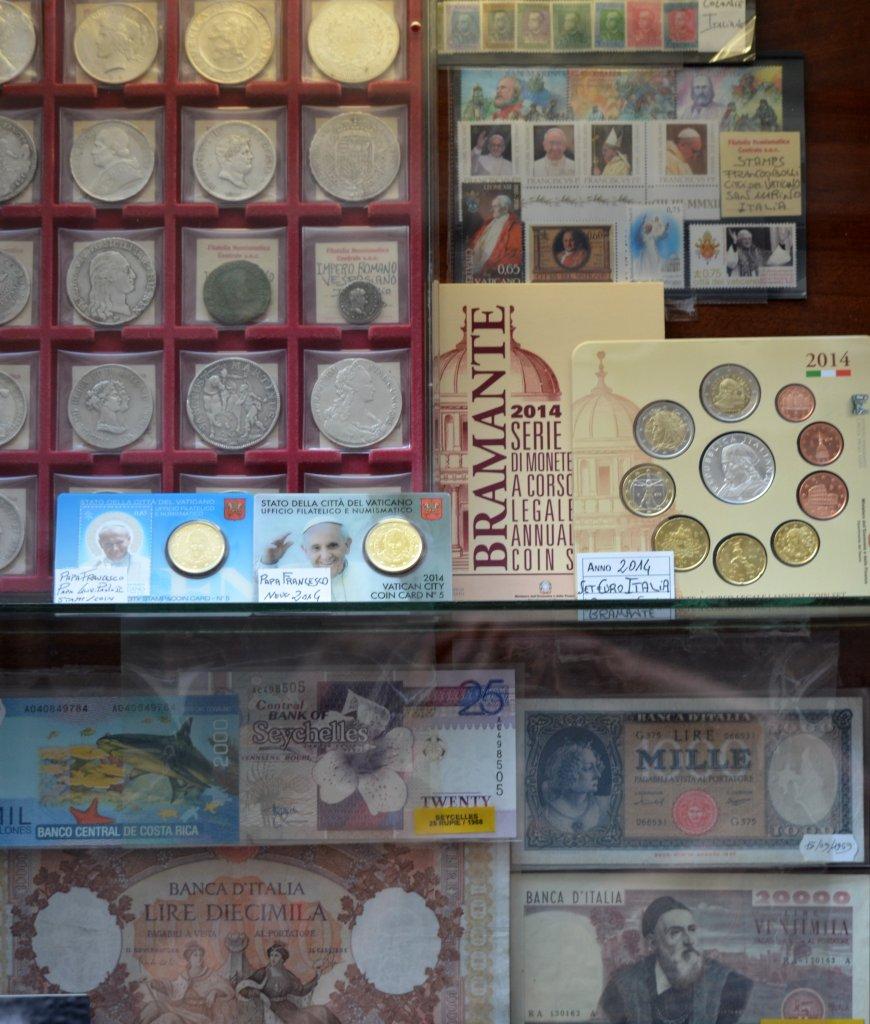 Набор монет в витринке