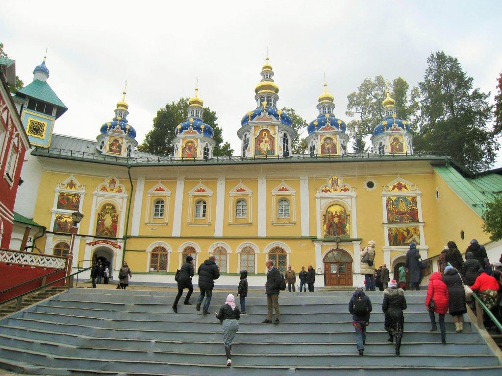 Покровская церковь, построенная над Успенским пещерным храмом Псково-Печорского монастыря.
