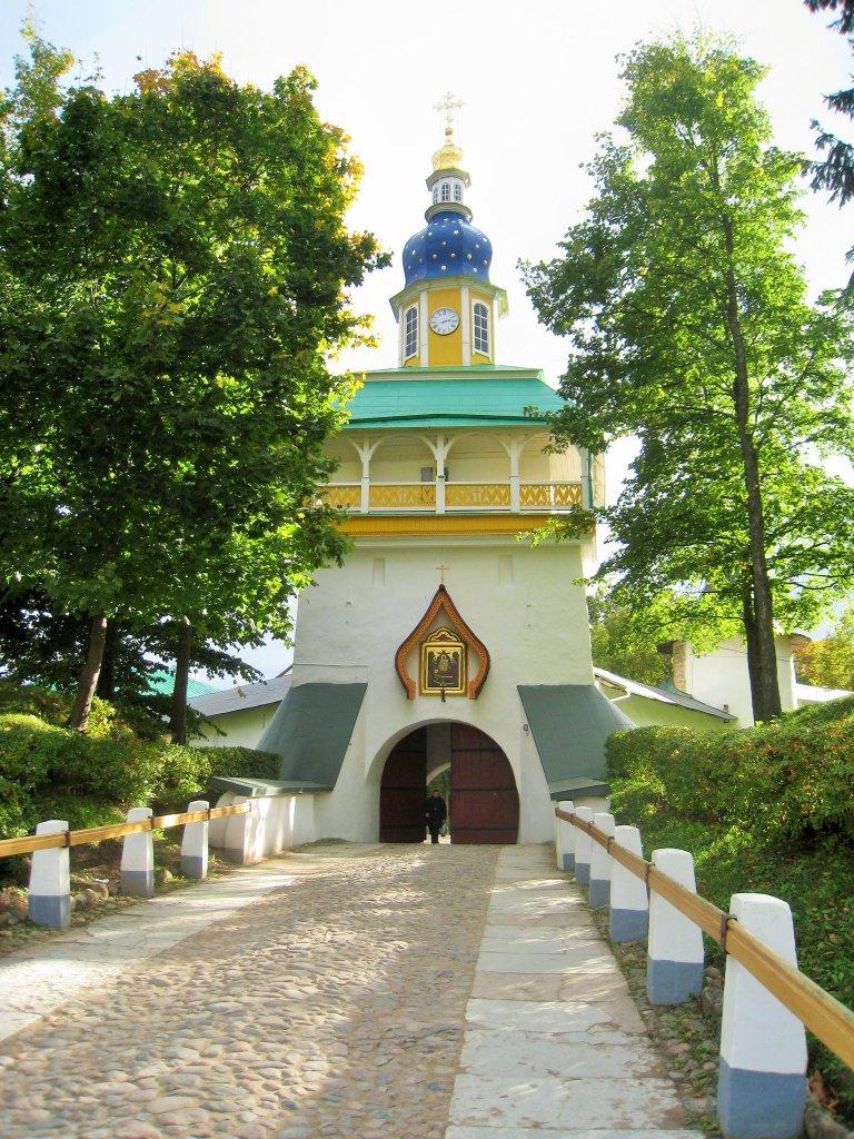 Святые врата под Петровской башней Псково - Печерского мужского монастыря, вход в монастырь