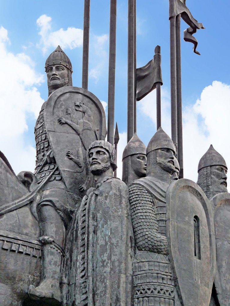 фрагмент памятника дружинам Александра Невского на горе Соколиха в честь победы на Чудском озере в 1242 г.