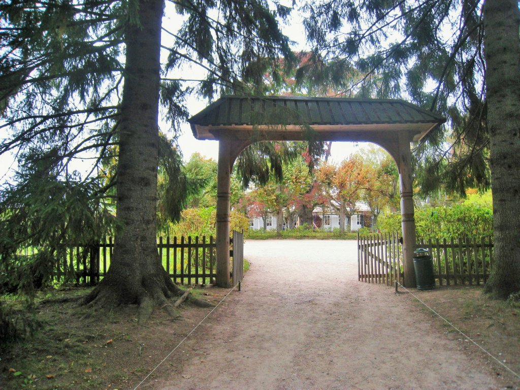 въездные ворота к дому Пушкиных