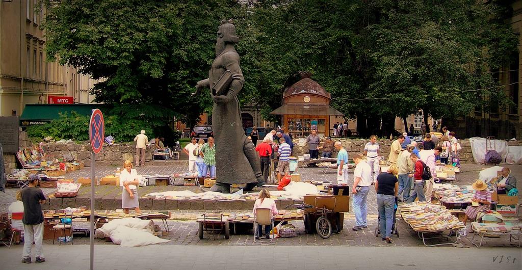 Самый первый букварь напечатан Иваном Федоровым, основателем книгопечатания на Руси, во Львове в 1574 г.