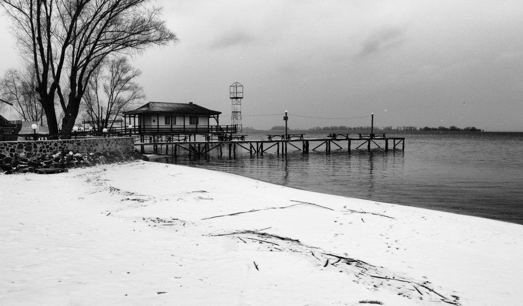 Над тишиной реки Снег, снег, снег.